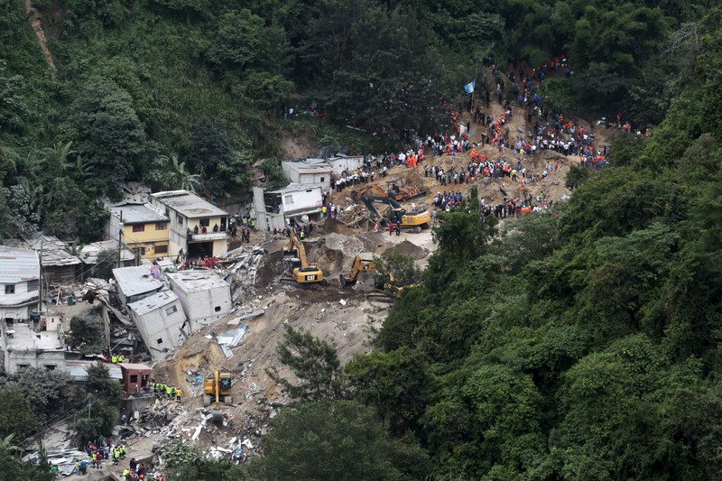 A general view of the mudslide in Santa Catarina Pinula, on the outskirts of Guatemala City, October 3, 2015. Rescue workers scrabbled through earth and rubble on Saturday in search of survivors of a massive landslide in Guatemala that killed at least 48 people, even as hopes began to fade for hundreds of others still missing. REUTERS/Jose Cabezas TPX IMAGES OF THE DAY