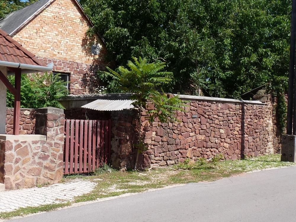 Vörös homokkőből készült a kerítés Kővágóőrsön