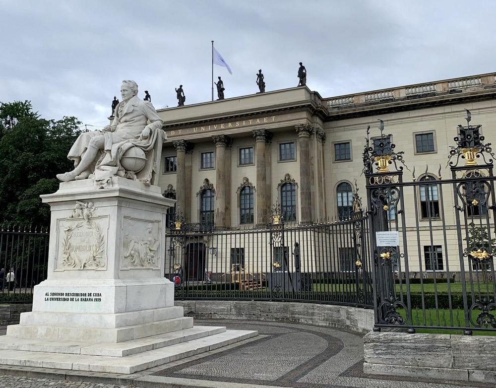 Humboldt szobra Berlinben az egyetem előtt